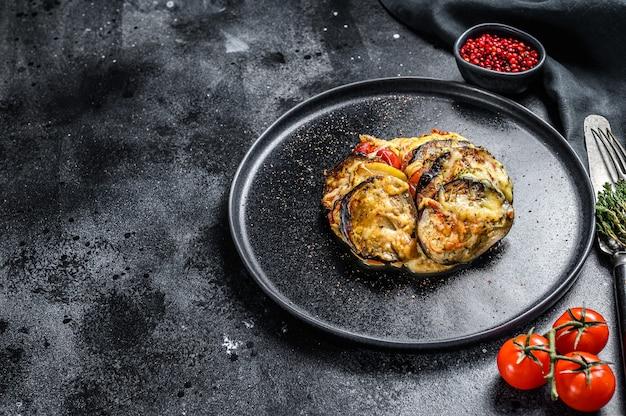 Ratatouille, piatto di verdure fatto in casa su un piatto. cibo vegetariano. vista dall'alto. copia spazio.