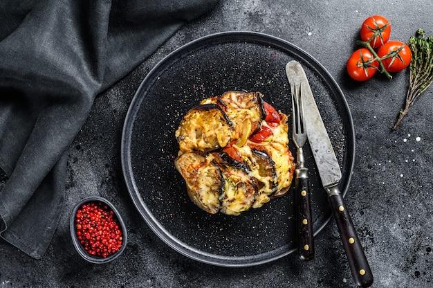 Ratatouille, piatto di verdure fatto in casa su un piatto