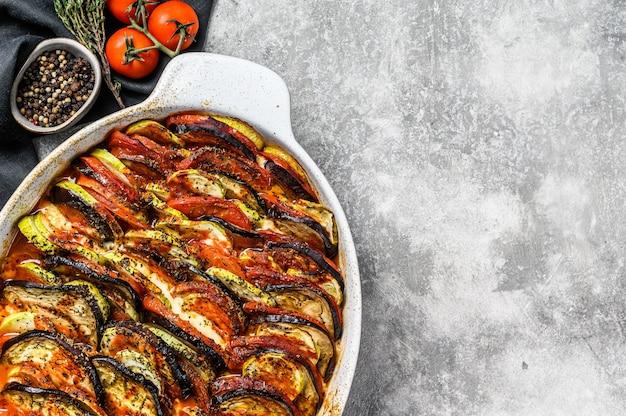 Ratatouille, piatto di verdure fatto in casa. cibo vegetariano. vista dall'alto. copia spazio.