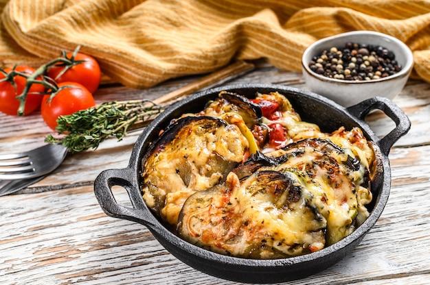 Ratatouille, piatto di verdure fatto in casa. cibo vegetariano. superficie in legno. vista dall'alto.