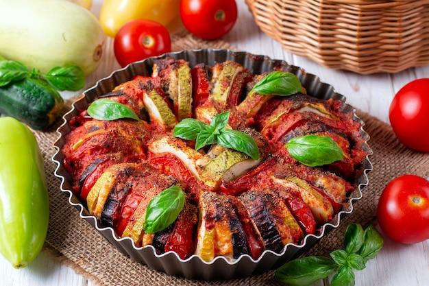 Ratatouille - tradizionale piatto di verdure provenzale francese cotto al forno. cibo vegano vegetariano dietetico - casseruola di ratatouille.