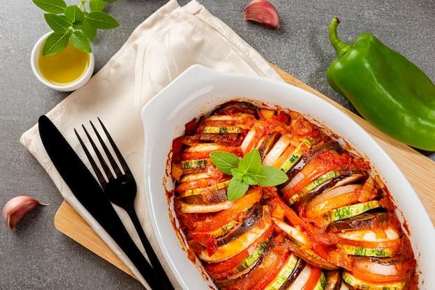 Ratatouille. stufato francese tradizionale di verdure estive. casseruola di ratatouille. vista dall'alto.