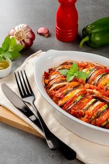 Ratatouille. stufato francese tradizionale di verdure estive. casseruola di ratatouille.