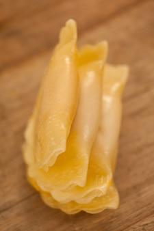 Ravioli di pasta isolati su sfondo bianco