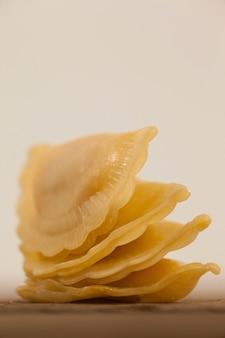 Pasta dei ravioli isolata sulla superficie bianca