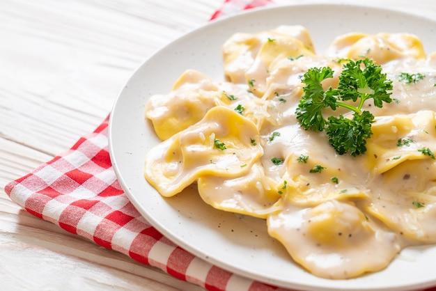 Ravioli con salsa di crema di funghi e formaggio