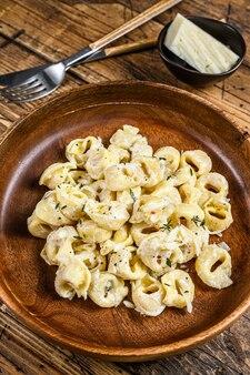 Ravioli o tortellini in salsa di formaggio cremoso con carne