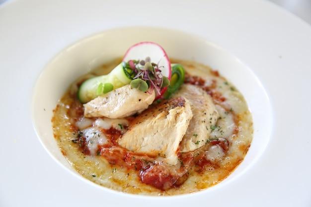 Ravioli al sugo bianco con pollo alla griglia e formaggio