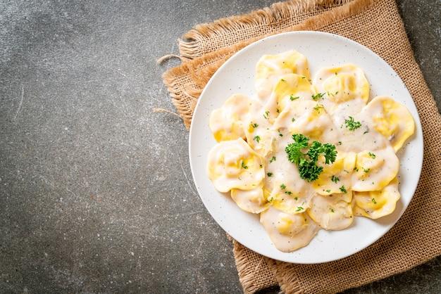Ravioli con crema di funghi e formaggio