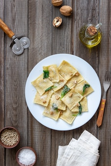 Ravioli con ricotta, spinaci e noci. mangiare sano. cibo vegetariano. cucina italiana.