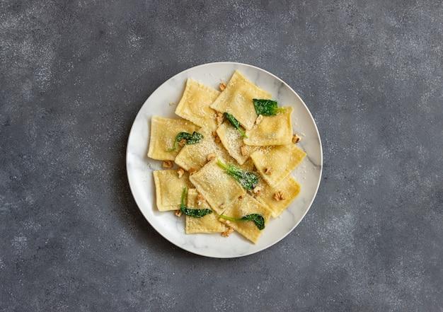 Ravioli con ricotta, spinaci e noci