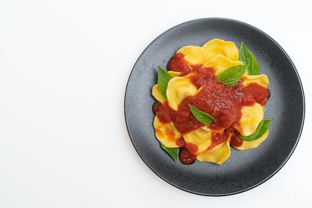 Ravioli con salsa di pomodoro e basilico isolati su sfondo bianco