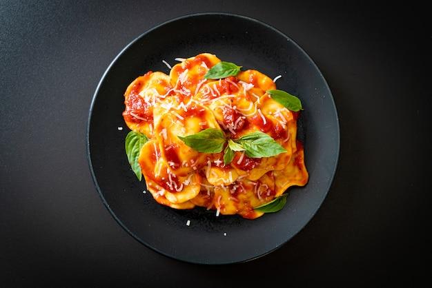 Ravioli con salsa di pomodoro e basilico