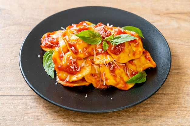Ravioli al pomodoro e basilico Foto Premium