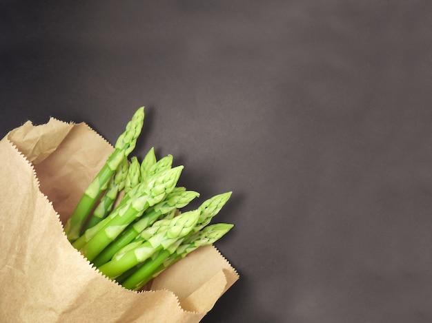 Asparagi crudi in sacchetto di carta.