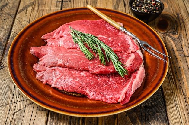 Carne di manzo cruda chop fesa bistecca su un piatto
