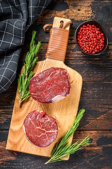 Filetto di filetto di manzo crudo bistecca di carne su un tagliere