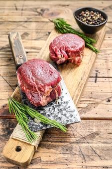 Bistecca di carne di manzo crudo filetto di filetto di legno sfondo vista dall'alto