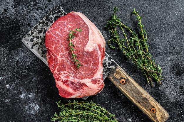 Roastbeef di manzo crudo sulla bistecca di carne d'osso