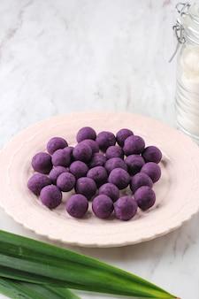 Biji salak crudo ubi ungu, patate dolci viola biji salak prima dell'ebollizione