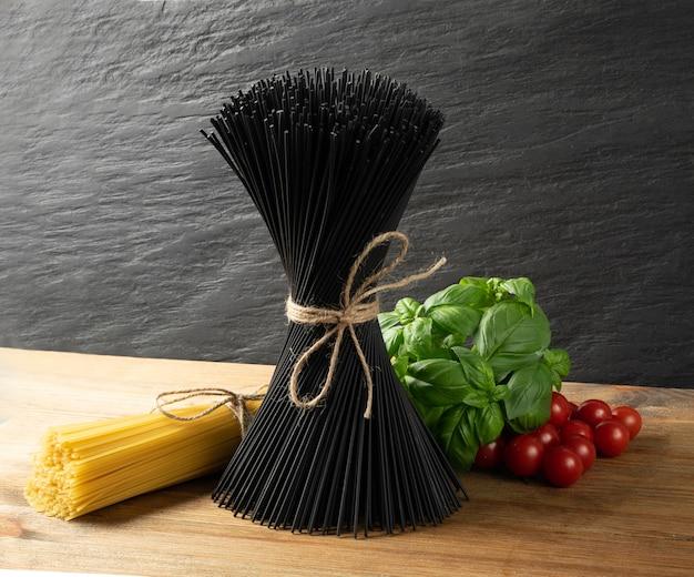 Mazzo di pasta spaghetti fatti in casa nero crudo