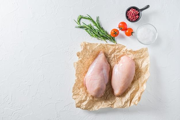 Petto di pollo crudo su carta artigianale