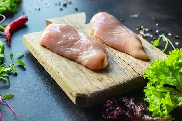 Carne di petto di pollo crudo sul tavolo