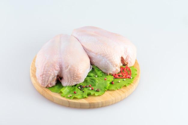 Petti di pollo grezzi su un bianco
