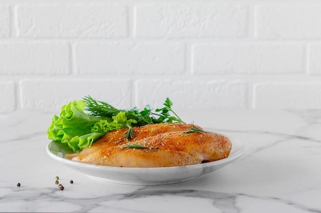 Petti di pollo crudi con prezzemolo e pomodori pronti per la cottura. cibo dietetico.