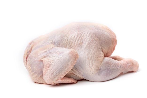Carcassa di pollo crudo isolato su uno sfondo bianco. avvicinamento