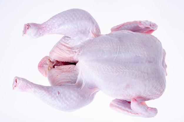 Carcassa di pollo crudo con pelle isolata su bianco.