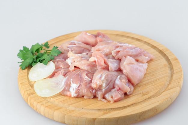 Goulash di pollo crudo su bianco