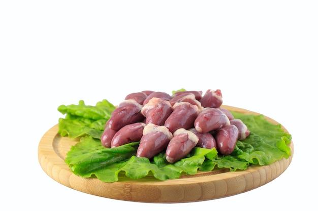 Cuori di pollo crudo su sfondo bianco