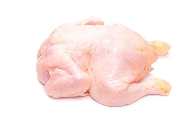 Pollo crudo isolato su sfondo bianco.