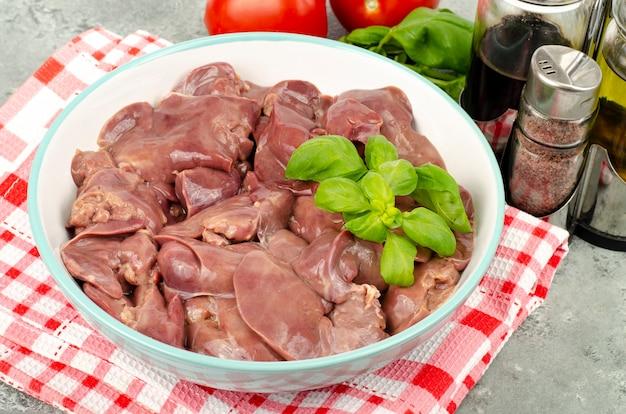 Fegato di pollo crudo per cucinare. foto dello studio.