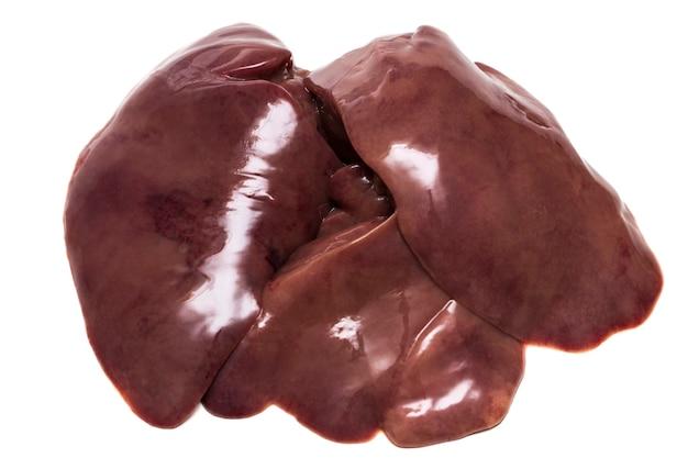 Fegato di pollo crudo isolato su sfondo bianco.