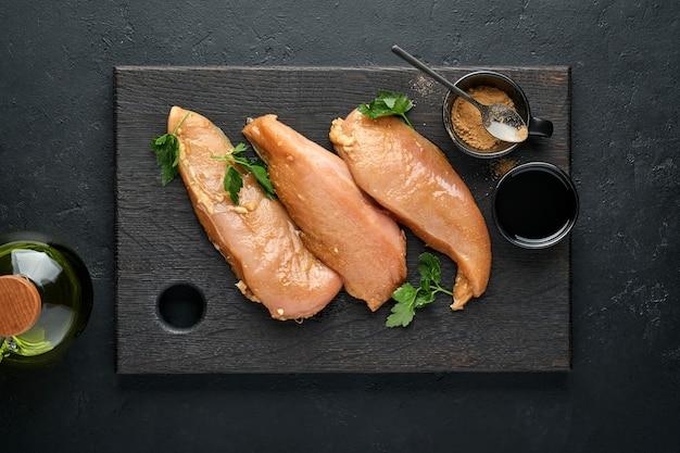 Filetto di pollo crudo marinato in salsa di soia teriyaki, cipolle, aglio e pepe in piastra nera