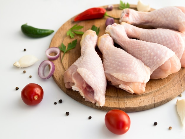 Parti di pollo crudo con ingredienti diversi Foto Premium