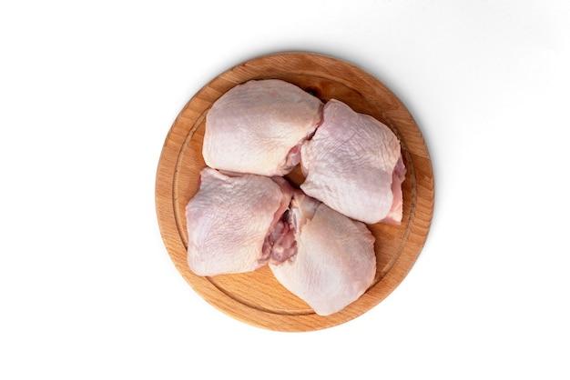 Cosce di pollo crude isolate.