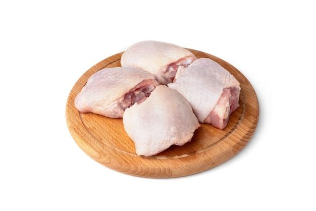 Cosce di pollo crude isolate. Foto Premium
