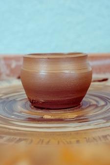 Argilla grezza, brocca già pronta. la ceramica lavora dall'argilla alla brocca finita