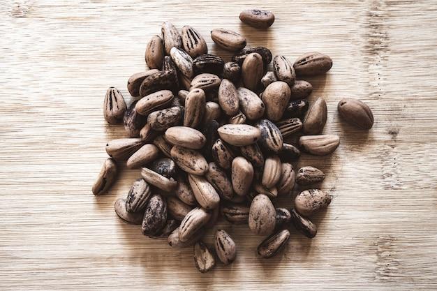 Fave di cacao crude su una tavola di legno