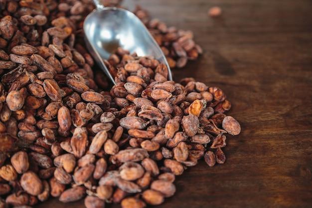 Fave di cacao crude su un tavolo di legno
