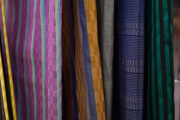 Il greggio della seta tailandese variopinta handcraft la vecchia annata lacerata dal backgroun di struttura dei materiali naturali