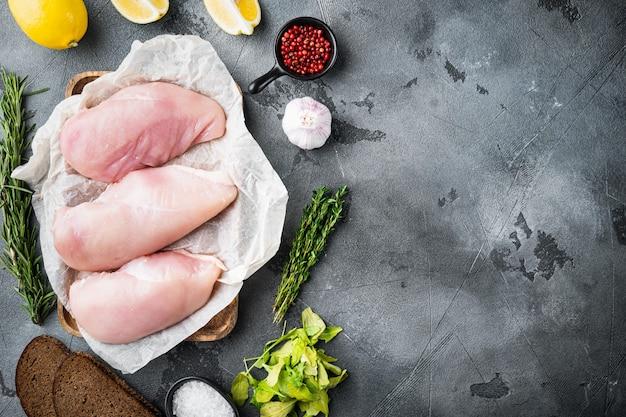 Filetto di pollo crumpet crudo con ingredienti su gray