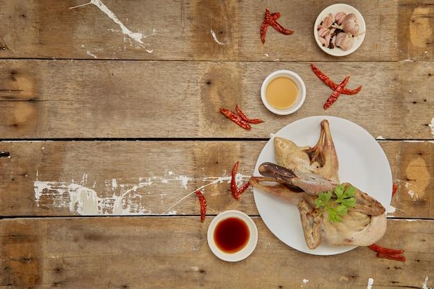 Seno di anatra crudo pronto da cucinare sulla tavola