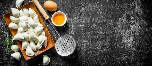 Gnocco crudo con uovo e rosmarino.