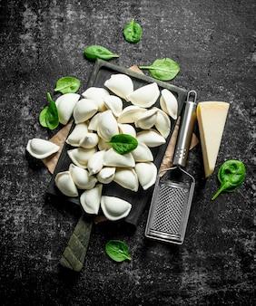 Gnocco crudo con patate, parmigiano e foglie di spinaci.