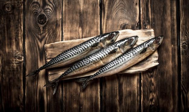 Pesce crudo a bordo sulla tavola di legno.