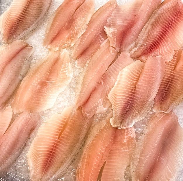 Filetto di pesce crudo nel mercato. vista dall'alto